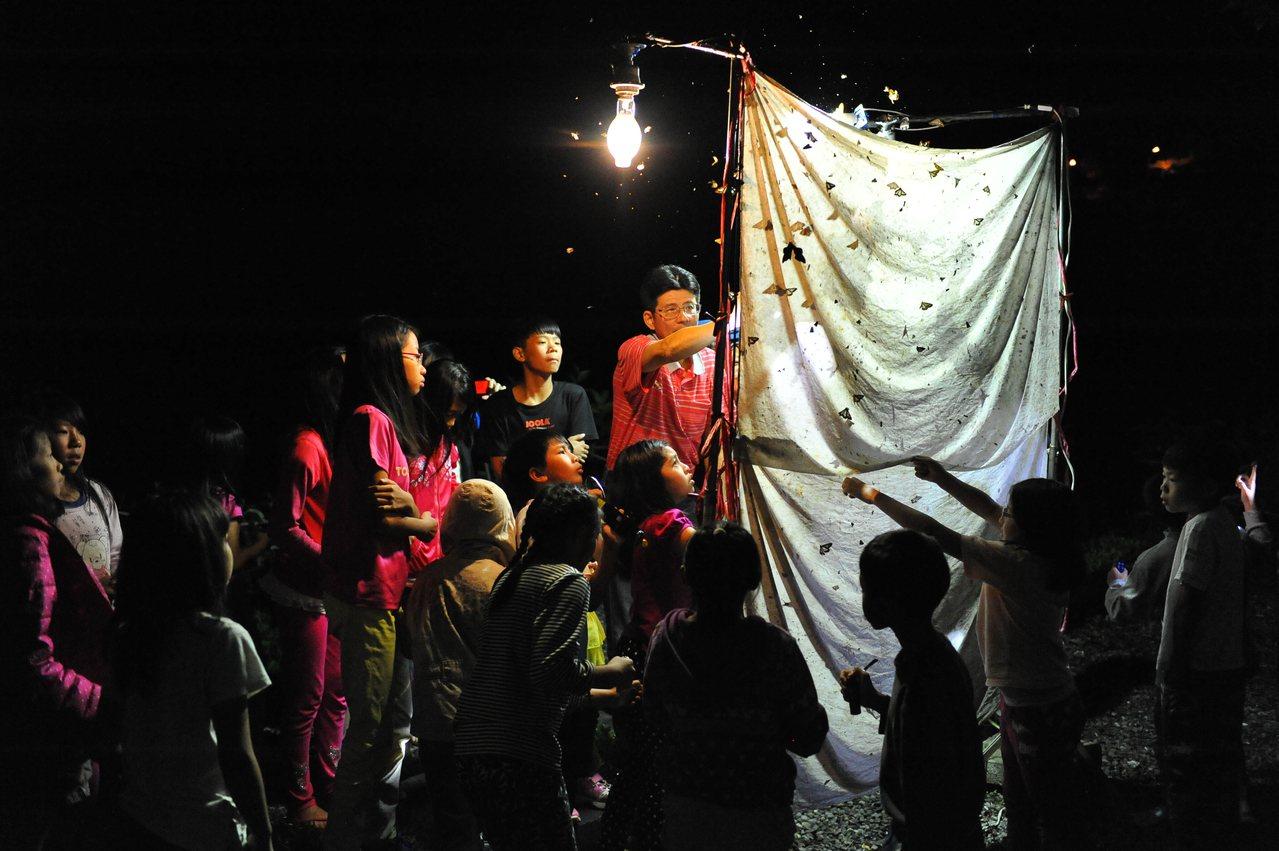 山林生態豐富,自然科專業老師以昆蟲電影院讓小朋友貼近觀察生態。圖/平等國小提供