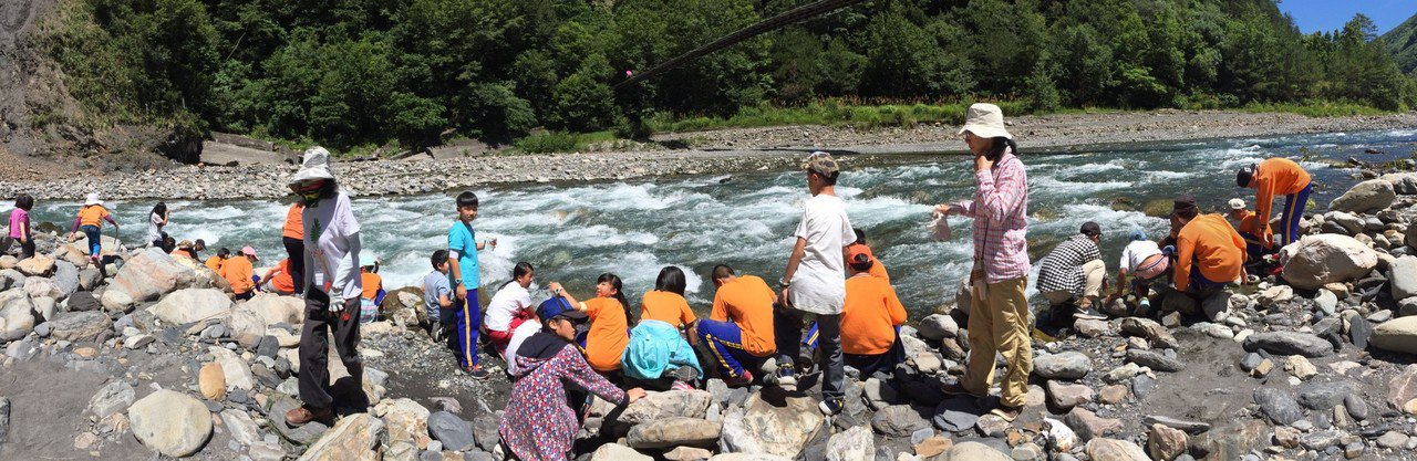 平等國小遊學課程,學員實地檢測溪水的水質,了解環境對生態的重要。圖/平等國小提供