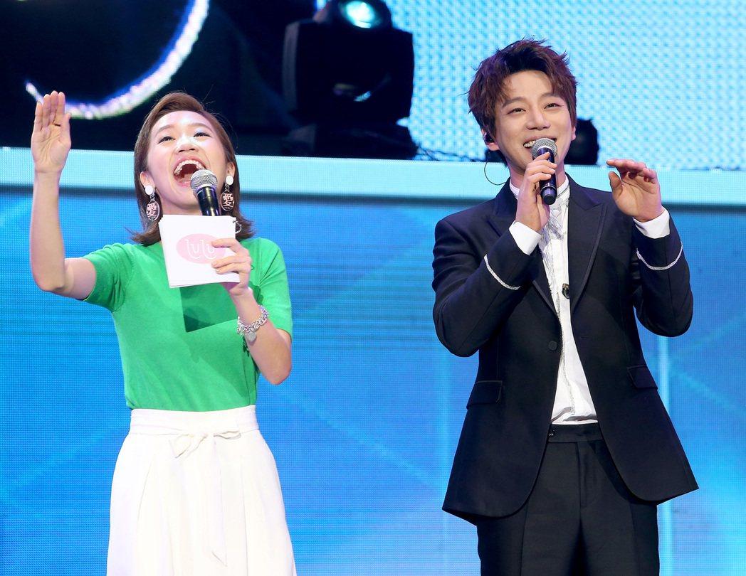 南韓歌手黃致列(右)今天在台北國際會議中心舉辦新歌首唱會,原本主持人黃子佼因颱風...
