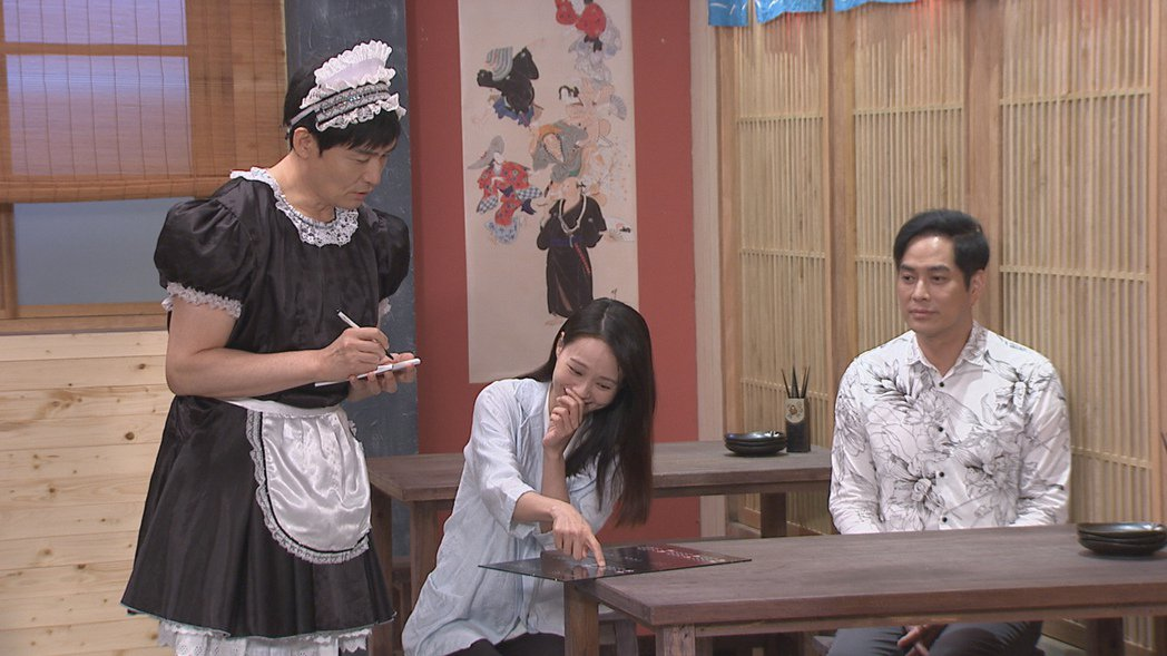 霍正奇(左)戲中因打賭輸了,搞笑扮女僕。圖/台視提供