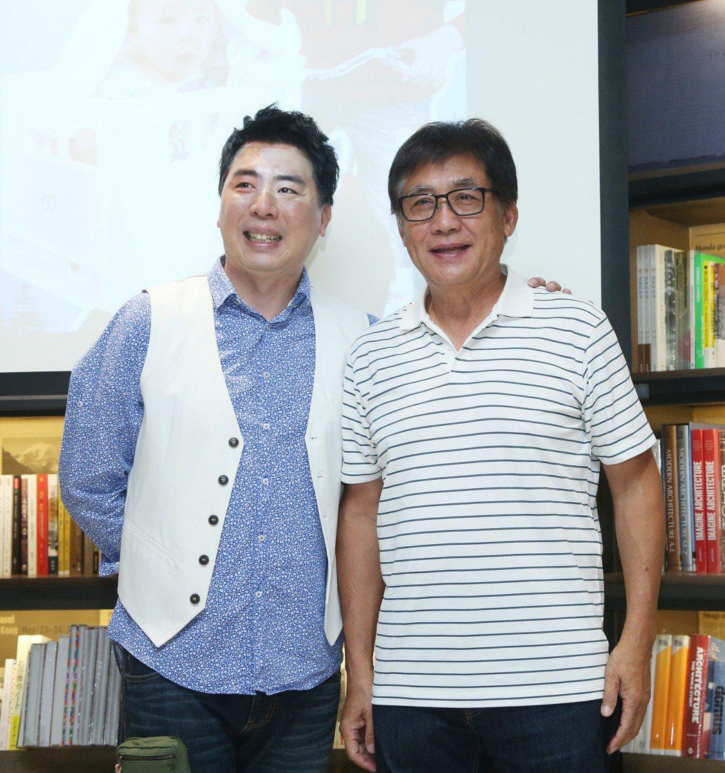 梁赫群(左)與父親梁修身。本報資料照