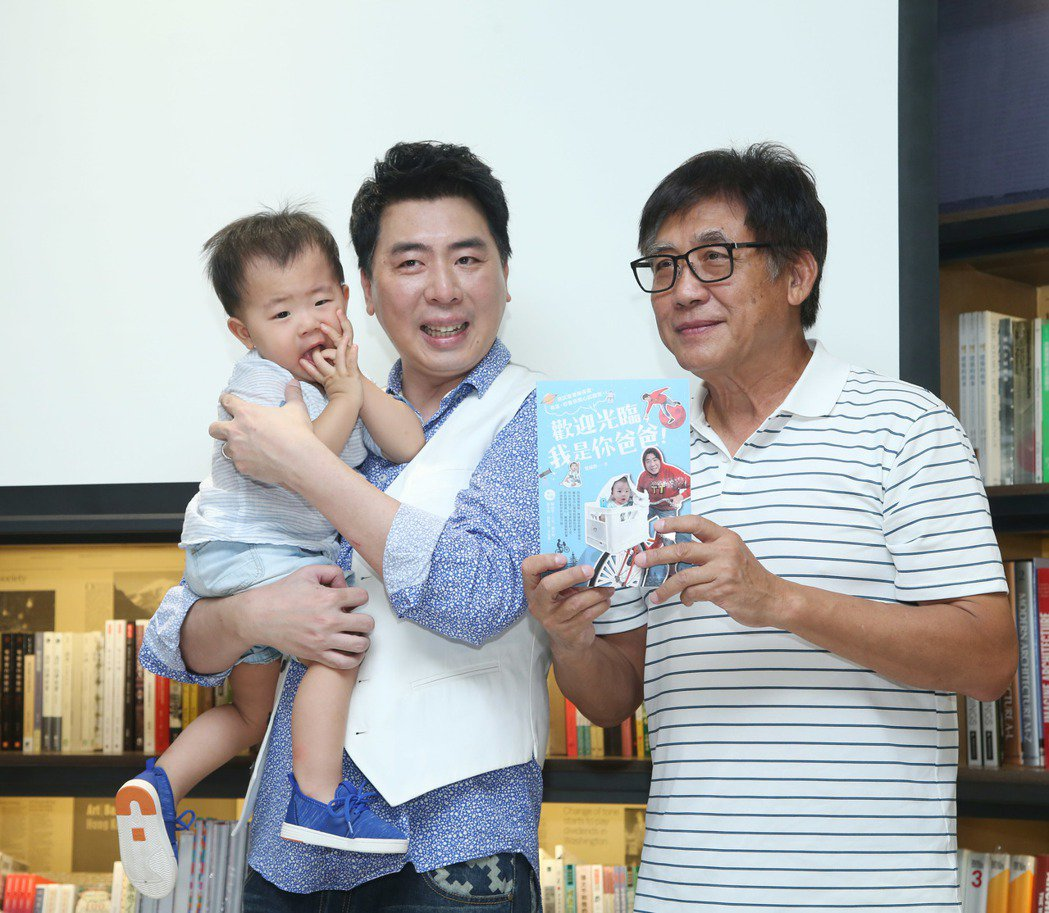 梁赫群(中)日前出版新書,父親梁修身(右)出席站台。本報資料照