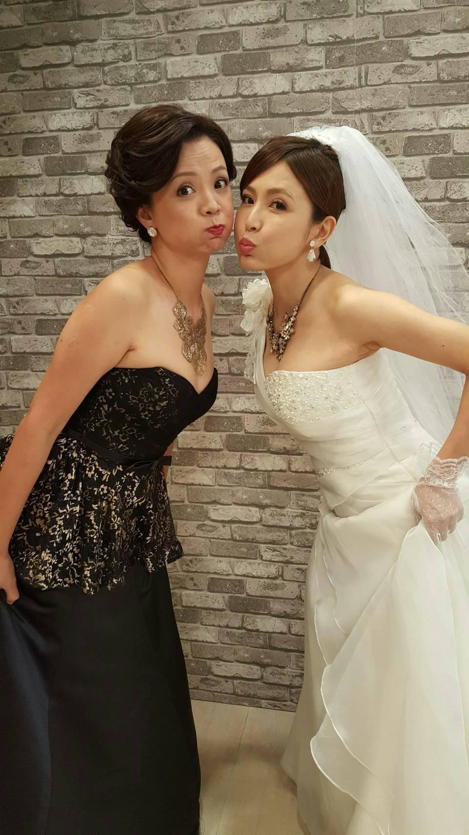 德馨(右)、高欣欣在戲裡分別演小三、大老婆,穿婚紗黑白對決。圖/民視提供