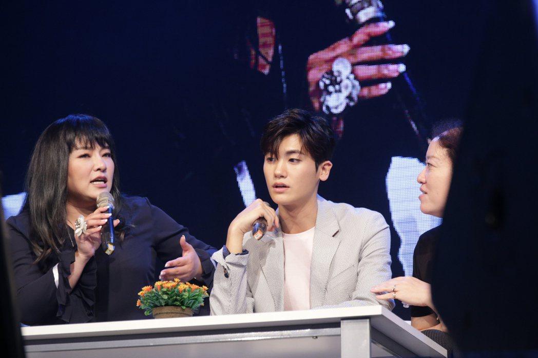 韓星朴炯植30日在台舉辦粉絲見面會,唐綺陽(左)為他算塔羅牌。圖/超級圓頂提供