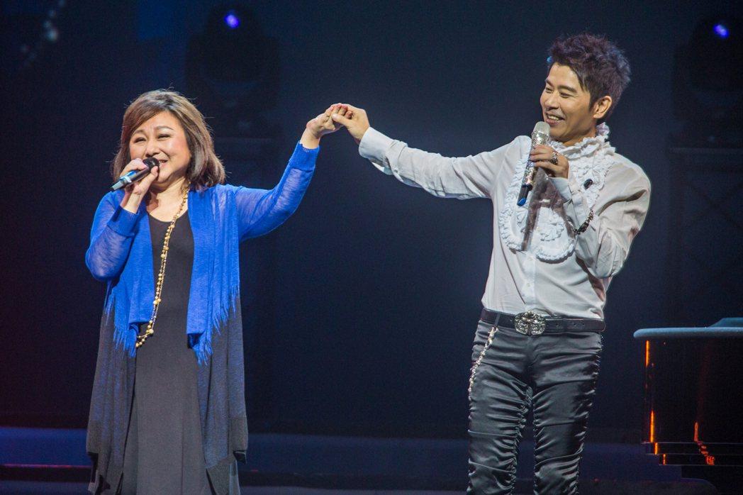 伍思凱日前在新加坡開唱,師姐鄭怡當嘉賓助陣。圖/天空實驗提供