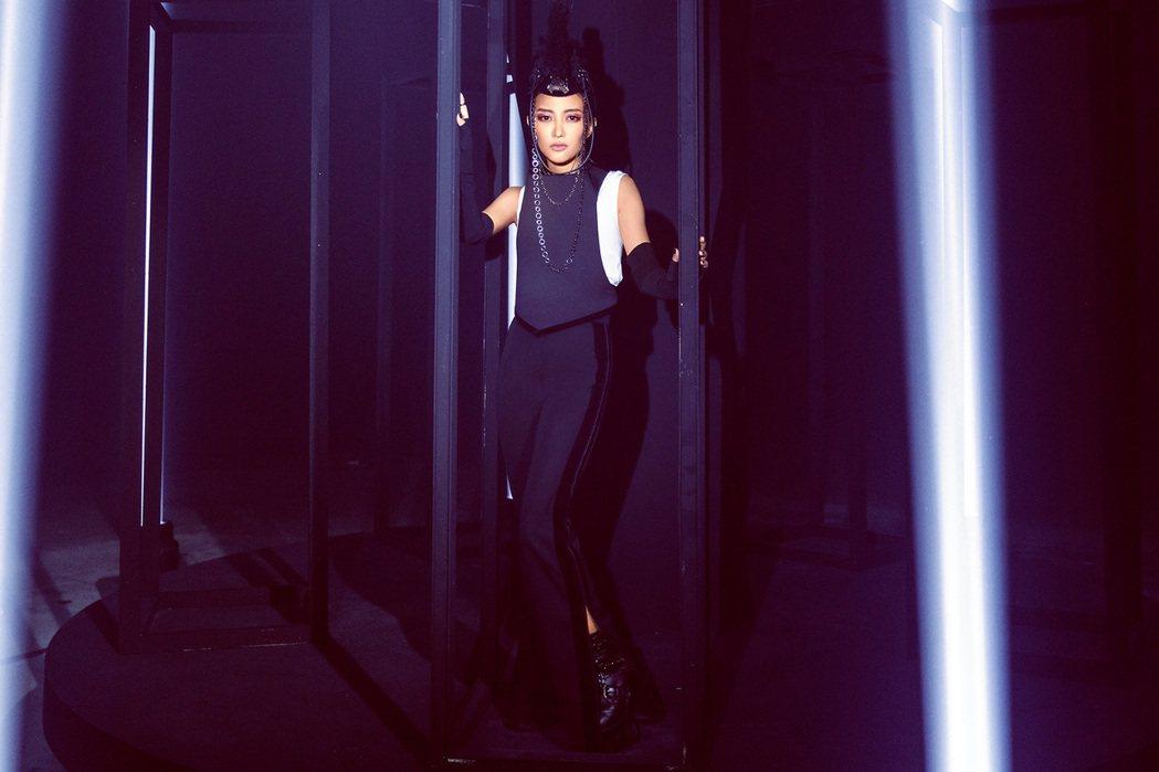 黃美珍新單曲「旋轉木馬的獨白」造型。圖/上行娛樂提供