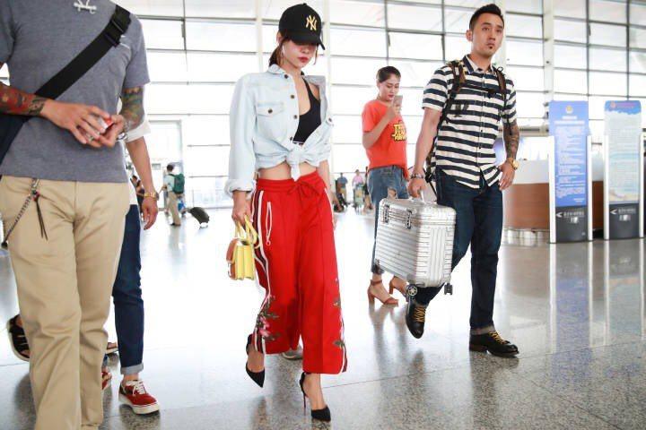 蔡依林近來出入大陸機場,放送性感肚臍眼。圖/摘自依林在線上海歌迷會微博。