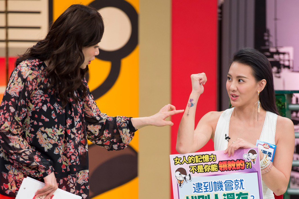 徐薇(左)欣賞劉雨柔的最新刺青。圖/TVBS提供