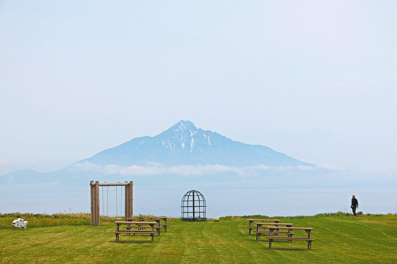 在北之金絲雀公園可遠眺利尻岳。 記者沈佩臻/攝影