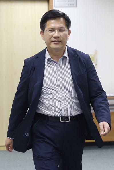 台中市長林佳龍說,颱風是否停班課是綜合決斷過程,請大家多體諒首長的難處。 本報資...