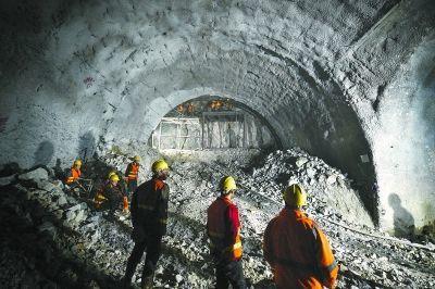 京張高鐵八達嶺隧道內工人在找尋精準爆破定位。 人民網
