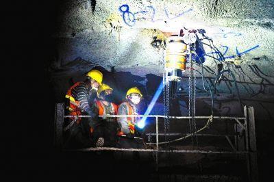 京張高鐵八達嶺隧道結構複雜,不適宜採用盾構開挖,掘進主要採用爆破法,圖為工人在岩...