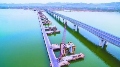 在建的京張高鐵官廳湖特大橋與京藏高速公路跨官廳湖特大橋緊鄰,建成後將呈現高鐵、汽...
