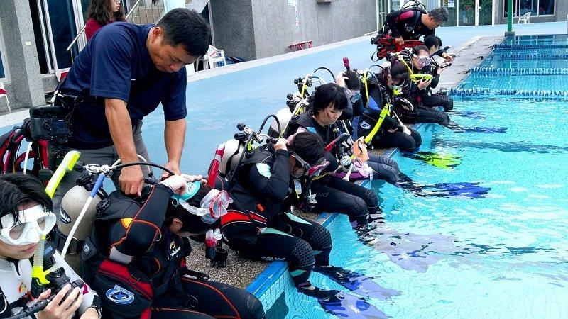 為使設計師了解潛水衣機能與需求,藍鯨國際安排參賽設計師進行二次潛水體驗。 嶺東科...