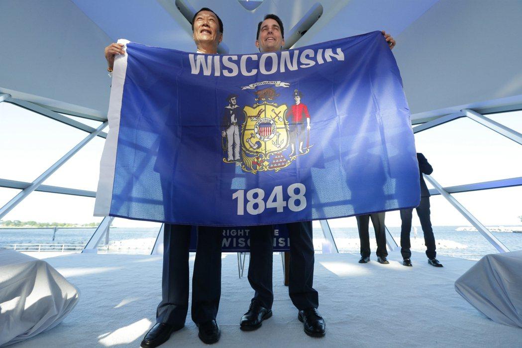 郭台銘(左)與威斯康辛州州長沃克,27日在密爾瓦基市藝術博物館共舉州旗,慶祝在該...
