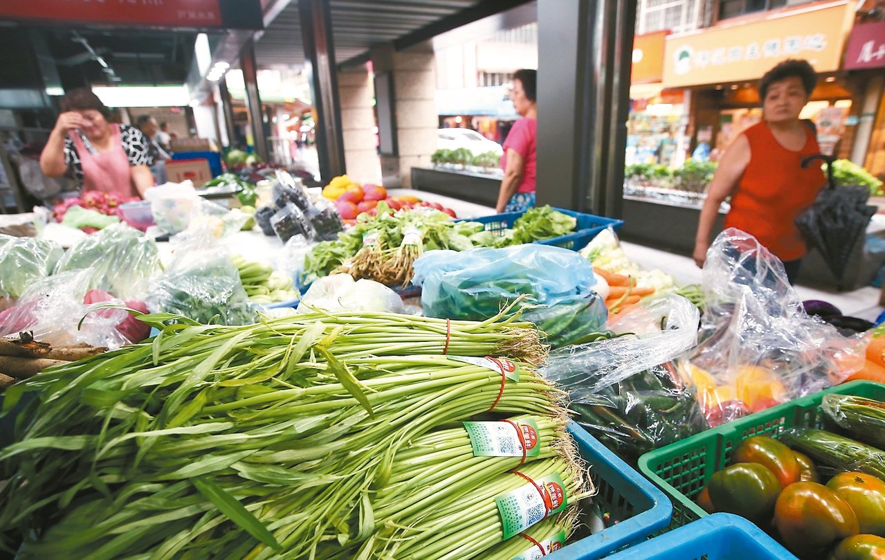 颱風前夕菜價上漲。 記者余承翰/攝影