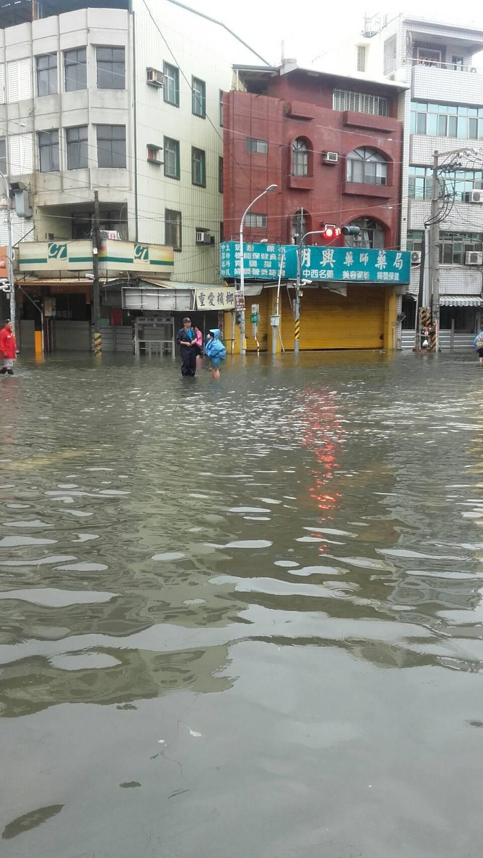 海棠颱風連夜帶來豪雨,林邊鄉低窪地區水深及膝,鄉民一早涉水通過。 記者蔣繼平/翻攝