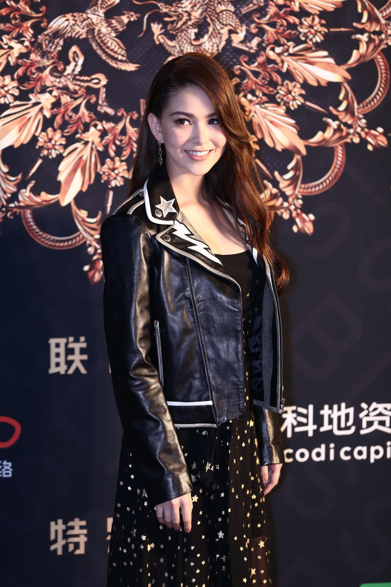 昆凌選穿REDValentino早秋金色星星連身洋裝,外罩一件帥氣皮衣,領口處同樣有星星圖案,混搭出甜美性格。