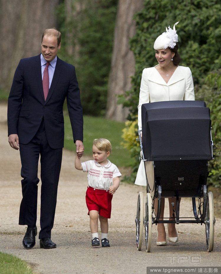 2015年凱特王妃與威廉王子帶著喬治小王子前往參加夏綠蒂公主的受洗典禮。圖/達志...