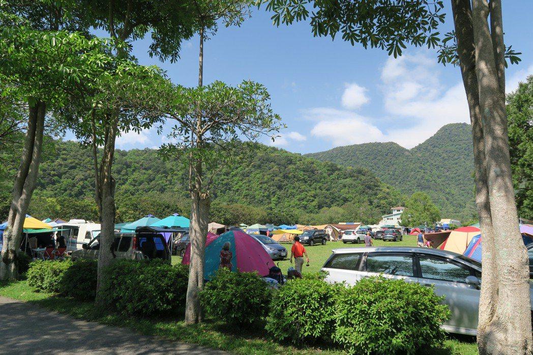 宜蘭縣蘇澳鎮的南澳農場每到連假期間都會擠滿大量的露營人潮。記者鍾知君/攝影