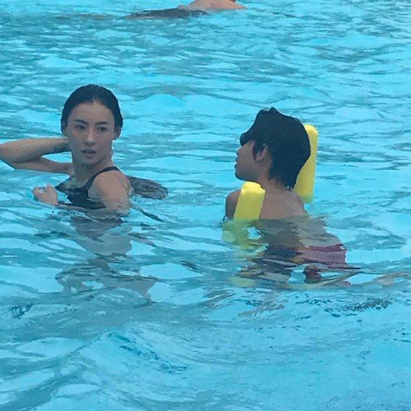 30日張柏芝曝光多張與兒子游泳的照片。 圖/擷自IG。