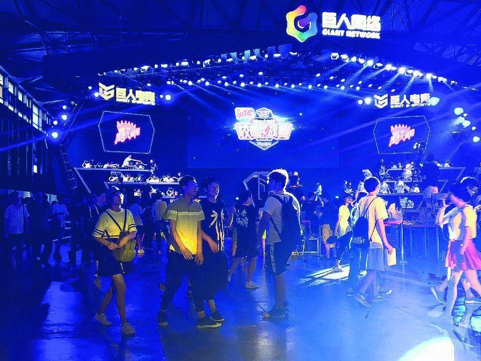 今年ChinaJoy邀請了一些知名的電競戰隊參展,相互對戰或與現場玩家比試,吸引...