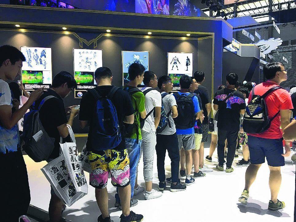 玩家排隊等著體驗用VR觀看英雄聯盟電競賽直播。 記者葉子菁/攝影