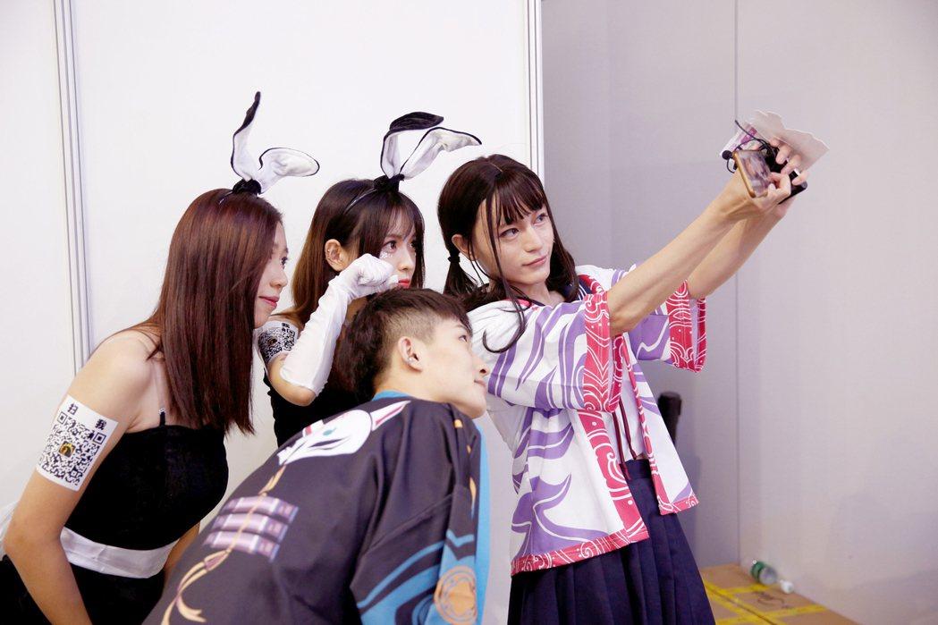ChinaJoy的Cosplay參加者玩自拍。 路透