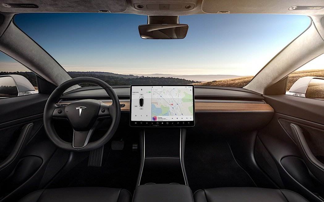 圖為 Tesla Model 3 的內裝。 Tesla 提供