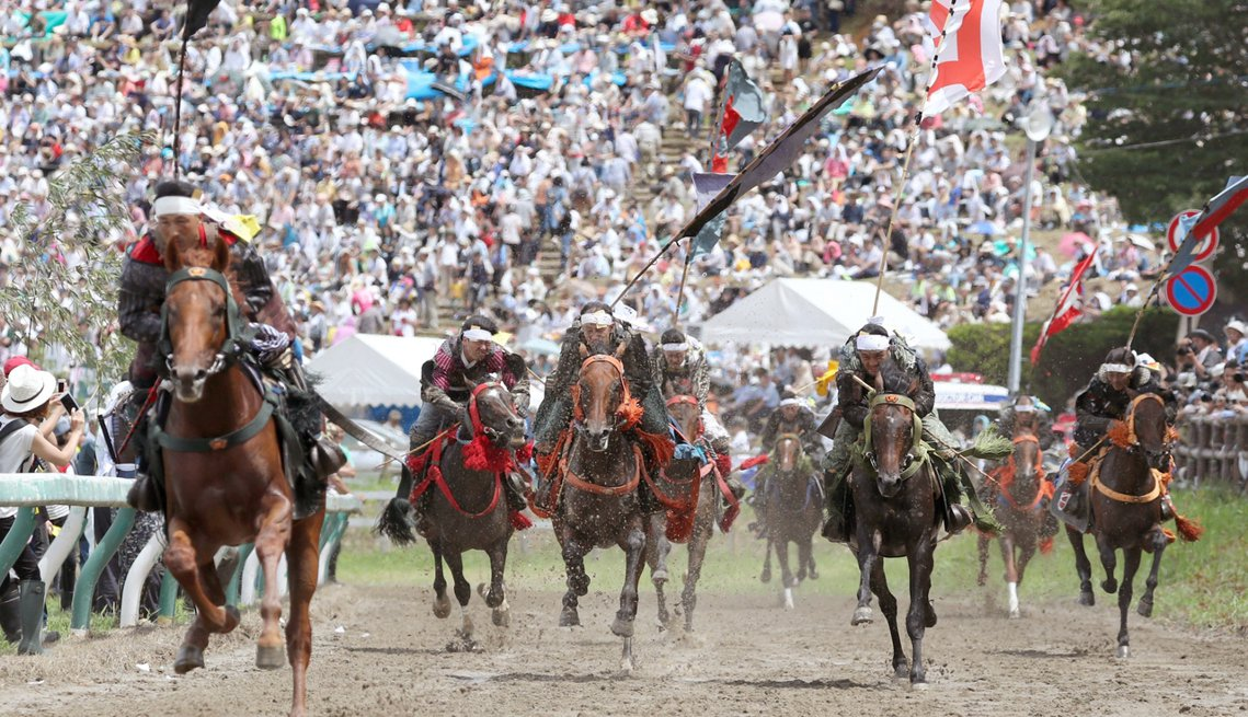 「甲冑賽馬」,在1公里長的馬場上,10-12名騎著快馬的甲冑武士將競速10圈,以...