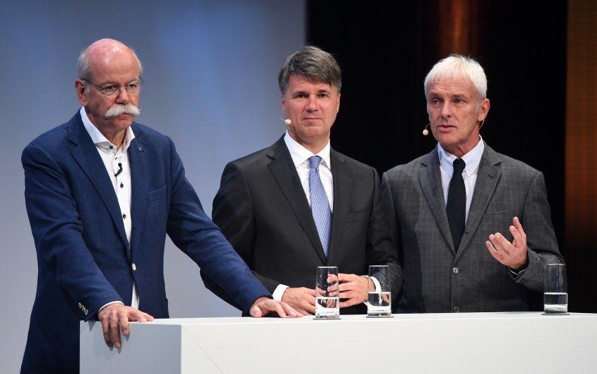 由左至右為Daimler CEO Dieter Zetsche、BMW CEO Harald Krüger、Volkswagen CEO Matthias Müller。 摘自Der Spiegel