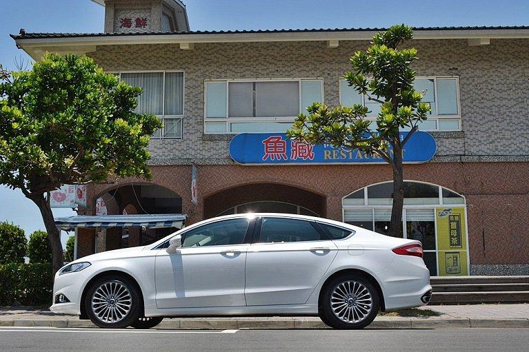 Mondeo配上新年式新換裝的18吋多輻式高光澤的輪圈,讓整台車流露頂級歐系豪華...