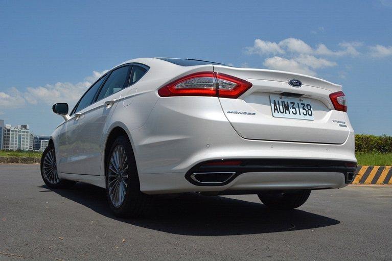 車尾也是相當精緻的鋪陳,優雅而帶著動感的小尾翼,搭配亮眼的雙色LED尾燈,深具歐...