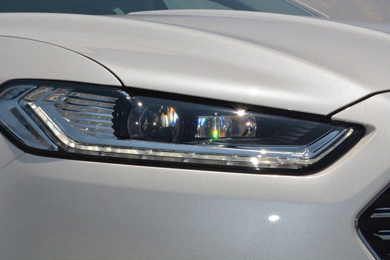 車頭左右是新的主動式LED車頭燈,且主動照明功能會依不同的車速、方向盤轉向角度、...
