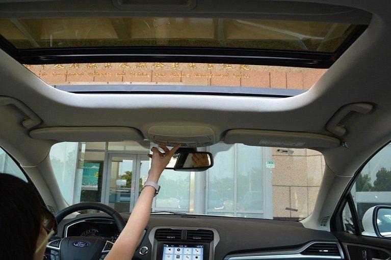 全新改款的 Mondeo 也追加了自動電動天窗,更增加空間的開闊感。 攝影/發燒...