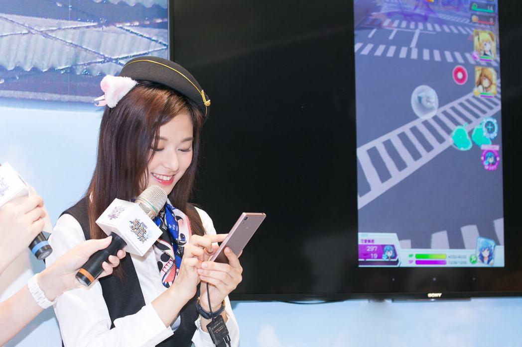 「輔大周子瑜」陳苡瑄化身一日貓車掌小姐,現場展示So-net 日系人氣手遊「戰鬥...