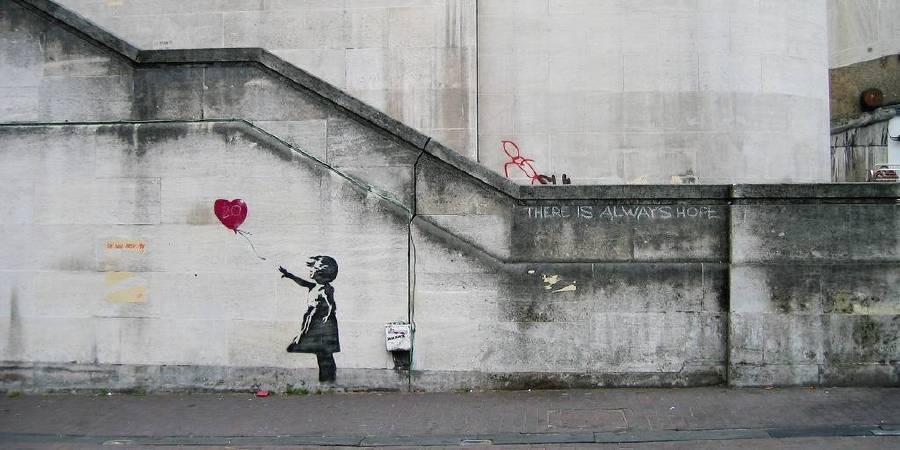 Banksy〈Balloon Girl〉。photo: Dominic Robi...