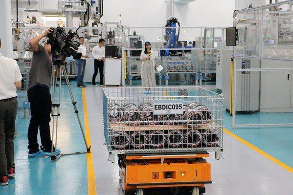 穿梭在廠區內的自動無人搬運車(AGV)得推算出最有效率的路徑,並同時得做到互相不...