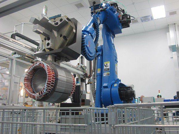 廠區內機械手臂採用3D視覺技術,一共裝有3顆鏡頭分別針對馬達的位置、高度、形狀進...