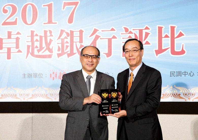 (左)金管會副主委鄭貞茂,(右)遠東商銀執行副總經理林建忠。 (攝影/徐裕庭)