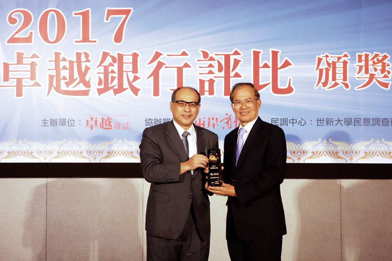 左為金管會副主委鄭貞茂, 右為陽信銀行資深副總經理何坤堂。 (攝影/溫偉廷)