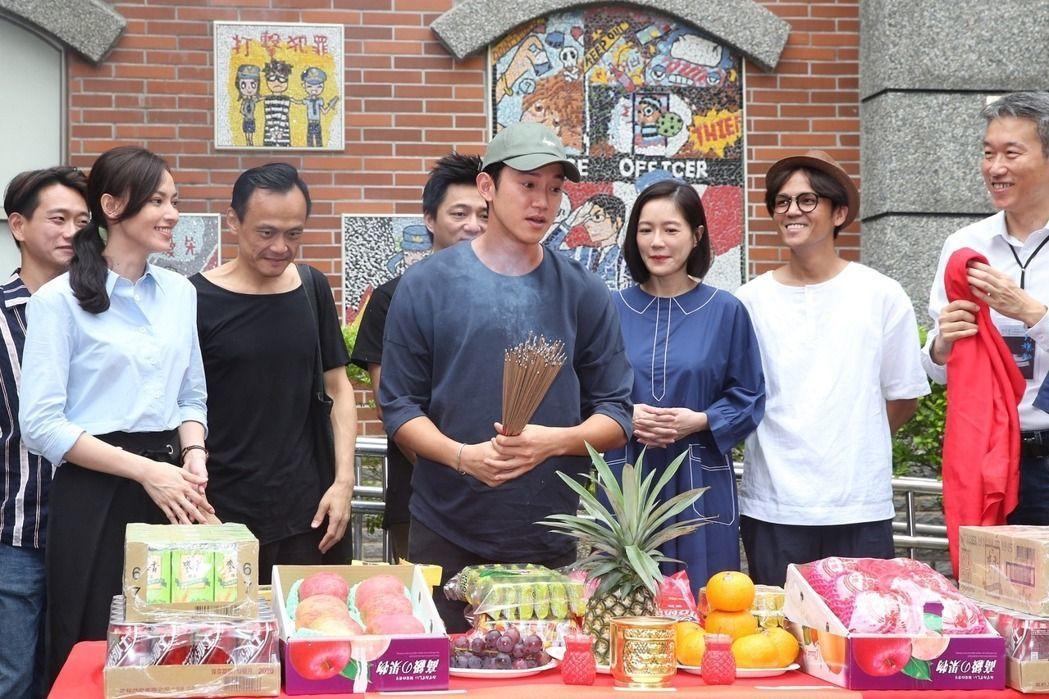 電影「引爆點」開拍,藝人吳慷仁(中)等主要演員一起拜拜。記者楊萬雲/攝影