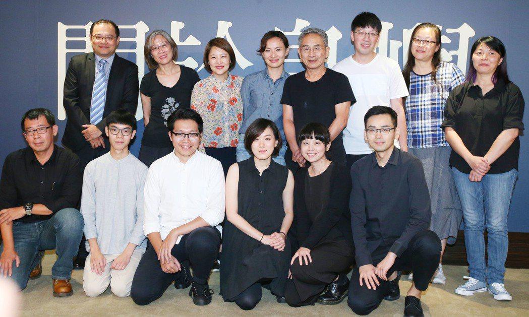 雲門舞集創辦人林懷民(二排右四)下午舉行記者會宣傳新作「關於島嶼」並與創作團隊合...