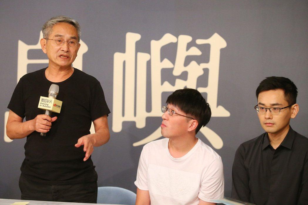 雲門舞集創辦人林懷民(左)下午舉行記者會宣傳新作「關於島嶼」,此作品從台灣的印象...