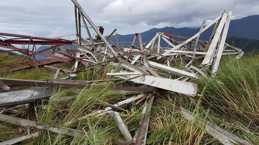 台泥公司和平電廠自有輸電鐵塔倒塌,影響台灣供電。圖∕民眾提供