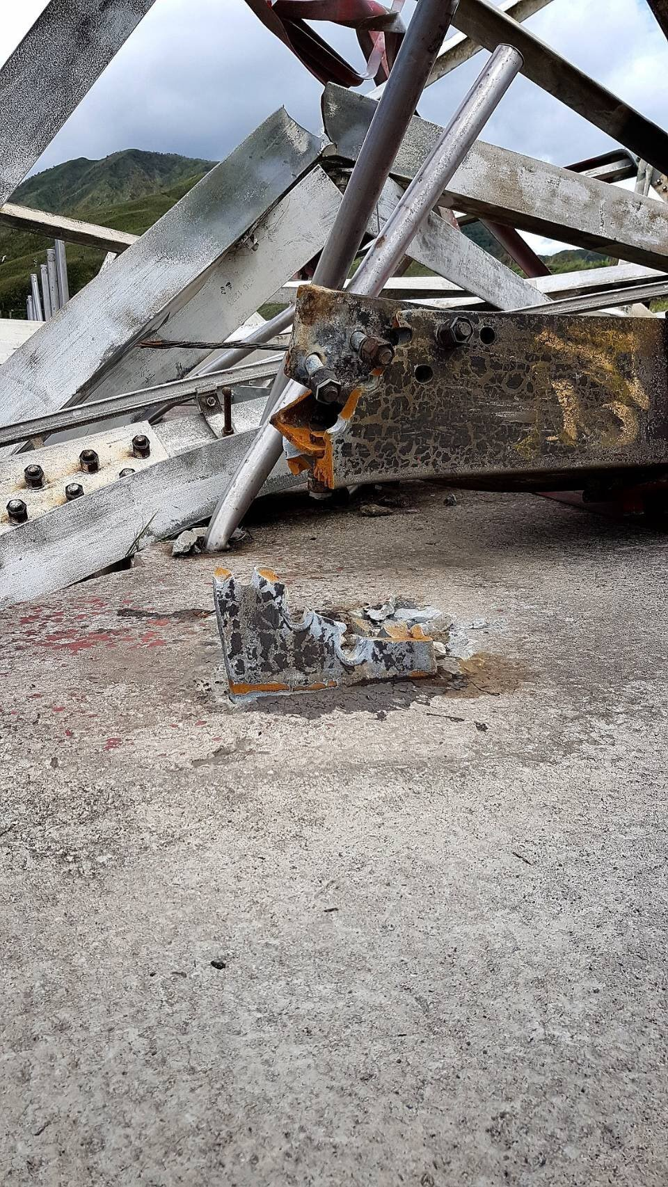 台泥公司和平電廠自有輸電鐵塔倒塌,要找特殊鋼材修復需有一段時間。圖∕民眾提供