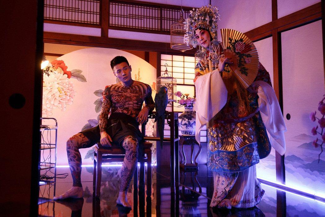 李榮浩的全新單曲「裙姊」 ,首度嘗試全身刺青。圖/華納音樂提供