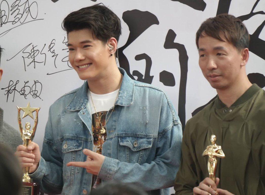 張祖誠(左)為台灣首部變裝人要角微電影「Julia」獻唱主題曲,右為導陳偉豪。圖...