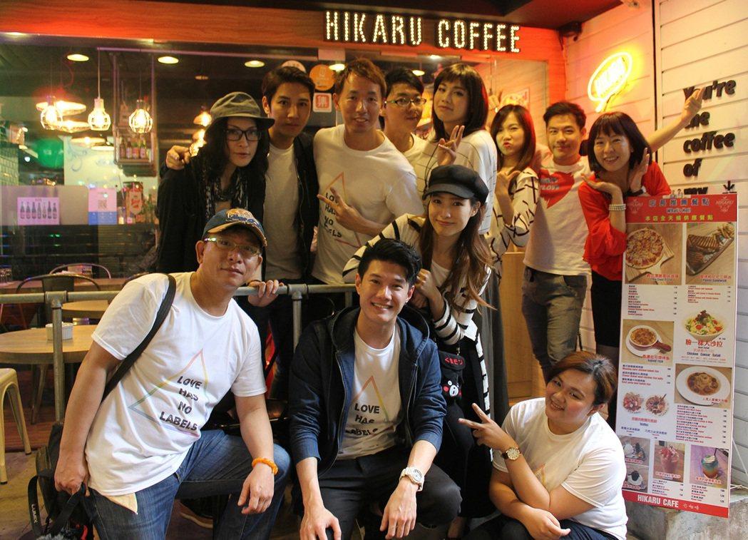 張祖誠(中藍衣者)為台灣首部變裝人要角微電影「Julia」獻唱主題曲。圖/米豆國...