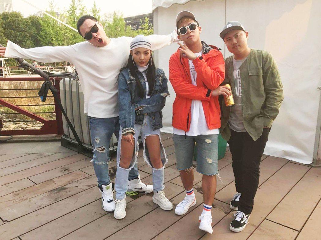Vava (左二)是嘻哈團體玖壹壹的小師妹。圖/混血兒娛樂提供
